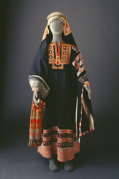 Find this Pin and more on Traditional Clothing - Saudi Arabia by Rania Gharaibeh. The Bani Sa& tribe: Costumes - Mansoojat Foundation The Mansoojat Foundation is a UK registered charity founded by a group of Saudi women with a passionate interest in the traditional ethnic textiles and costumes of Arabia. In Saudi Arabia only about of women work.